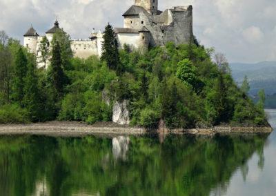 Château Niedzica-Pologne - wspanialy zamek średniowieczny nad jeziorem Czorsztyńskim. Wybudowany by strzec szlaku handlowego łączącego Węgry z Polską.